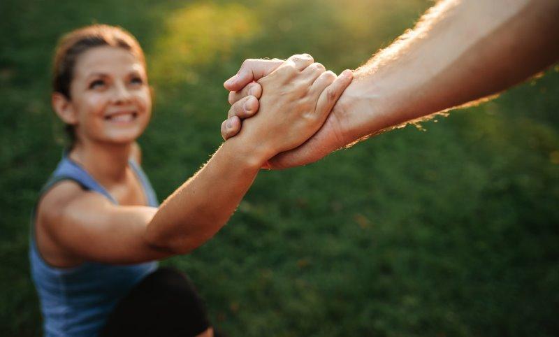 Phosetamin untersützt Ihre Muskulatur: Frau greift den starken Arm eines Mannes