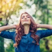 Stressabbau kann so einfach sein: Entspannte Frau in der Natur